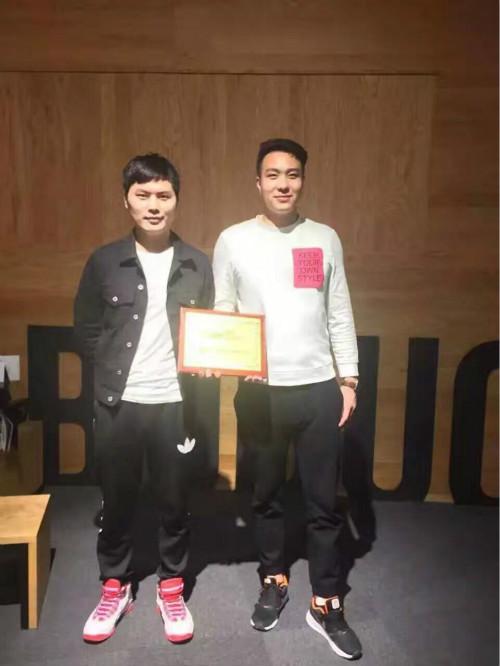 陈先生和王先生成功签约河西蜜菓奶茶加盟店